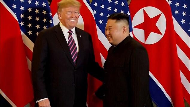 Trump et Kim souriant devant les caméras.