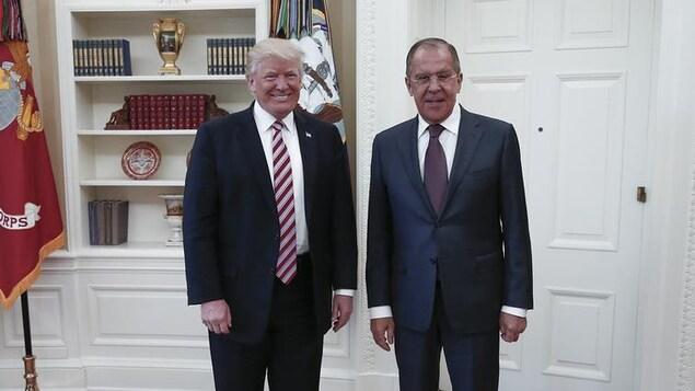 Le président américain Donald Trump et le ministre russe des Affaires étrangères, Sergueï Lavrov, dans le bureau oval de la Maison-Blanche, le 10 mai 2017.