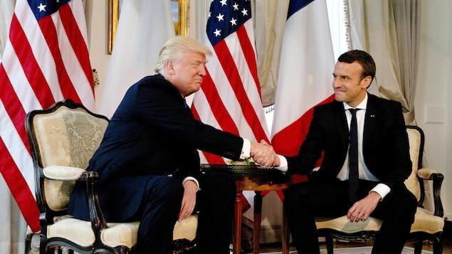 Le président américain Donald Trump (à gauche) lors de son premier tête-à-tête avec son homologue français Emmanuel Macron (à droite)