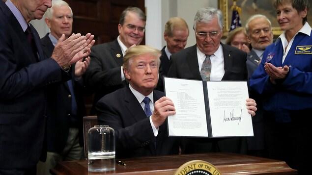 Une photo montre le président américain Donald Trump lors de la signature d'une directive demandant à la NASA de renvoyer des hommes sur la Lune. Pour les Américains, le projet Lunar Gateway est devenu prioritaire. secteur spatial canadien don't let go canada