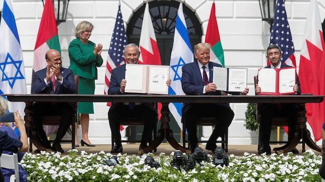 La signature de l'accord dans les jardins de la Maison-Blanche en présence du ministre des Affaires étrangères de Bahreïn, Abdullatif al Zayani, du premier ministre israélien, Benyamin Nétanyahou, du président américain, Donald Trump et du ministre des Affaires étrangères des Émirats arabes unis.