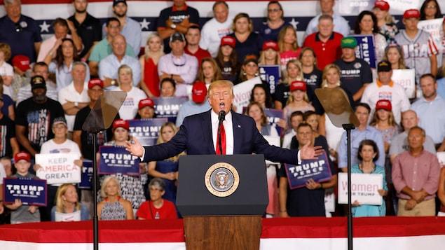 Donald Trump s'adresse à la foule venue l'écouter. Plusieurs militants brandissent des pancartes pro-Trump.