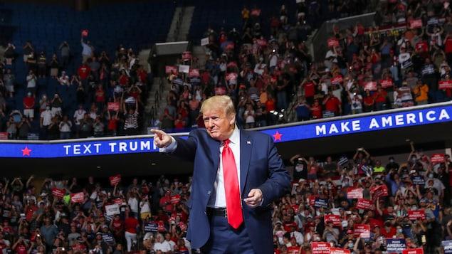 Donald Trump pointe du doigt durant son rassemblement partisan.