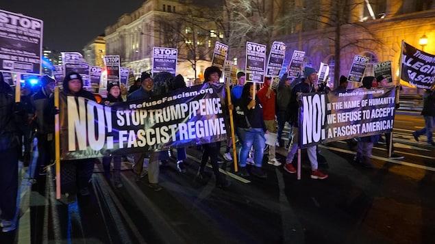 Un groupe anti-Trump manifeste contre la politique du futur président Donald Trump à Washington, la capitale américaine.