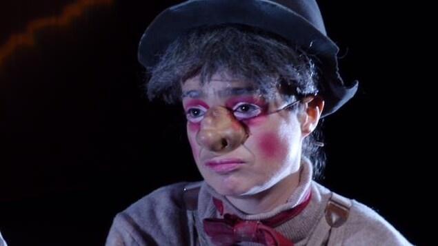 une femme déguisée en clown a l'air triste