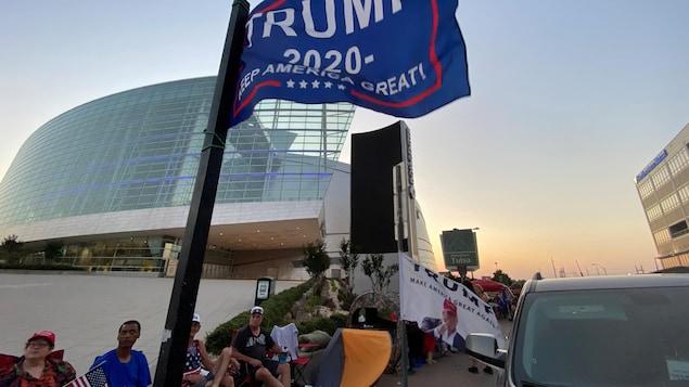 Des partisans de Donald Trump assis en extérieur