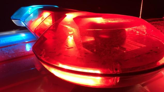Gros plan sur les gyrophares d'une voiture de police.