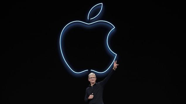 Le PDG d'Apple, Tim Cook, sur scène.