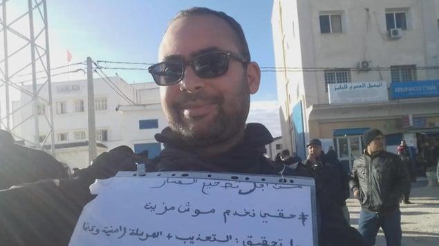 Le blogueur et activiste Anis Mabrouki lors d'une manifestation en banlieue de Tunis.