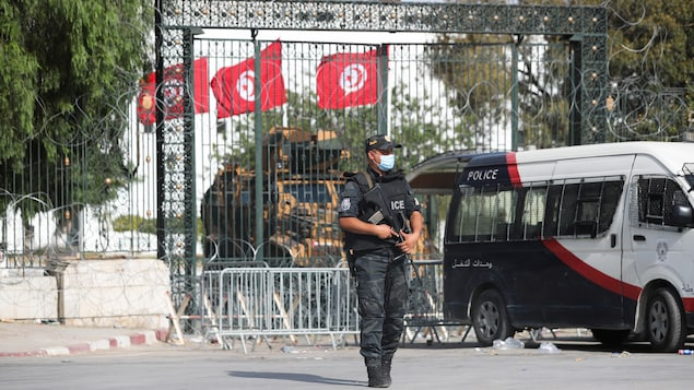 Le siège du Parlement tunisien occupé par l'armée et la police.
