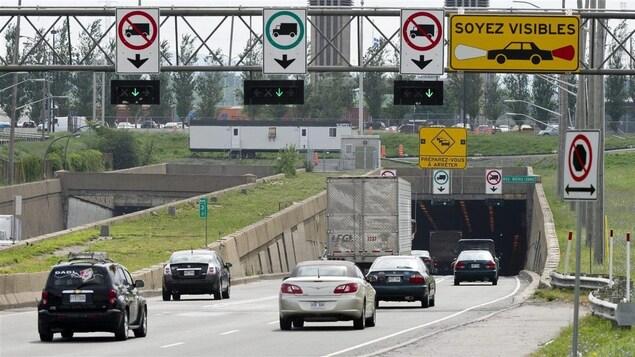 Des voitures et des camions entrent dans le tunnel Louis-H. Lafontaine, à Montréal.