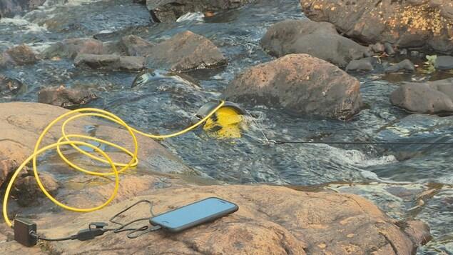 La turbine portative Waterlily permet entre autres de recharger un téléphone cellulaire lors d'activités de plein air.