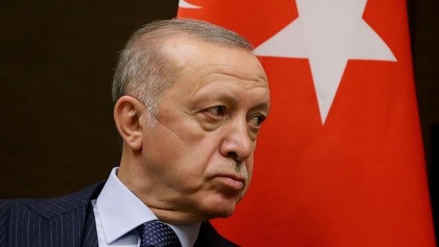 Le président turc Recep Tayyip Erdogan devant un drapeau de son pays.