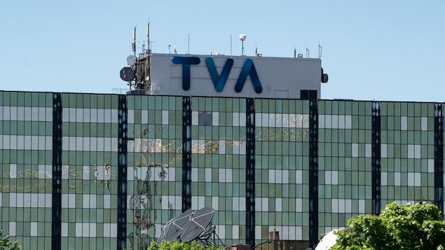 Immeuble avec le logo bleu de TVA sur le toit.