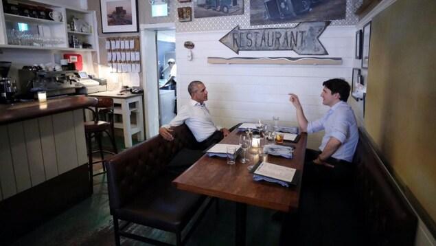 Le premier ministre Trudeau a tweeté ce moment en compagnie de Barack Obama dans un restaurant de Montréal.