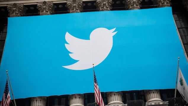 Une banderole de Twitter à l'extérieur de la Bourse de New York.