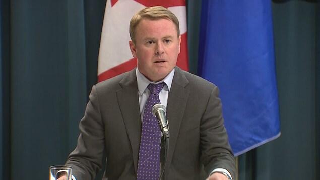 Le ministre de la Santé, Tyler Shandro au pupitre