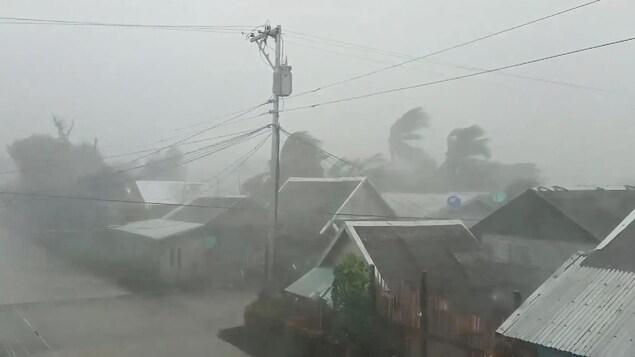 Un quartier résidentiel est balayé par la tempête.