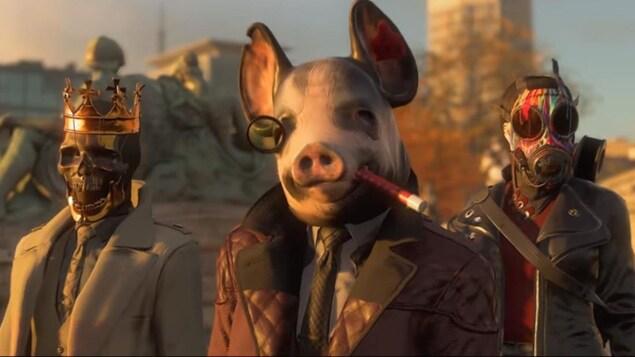 Trois personnes sur un pont. La première porte un masque de tête de mort, la deuxième un masque de tête de cochon et la troisième un masque à gaz.