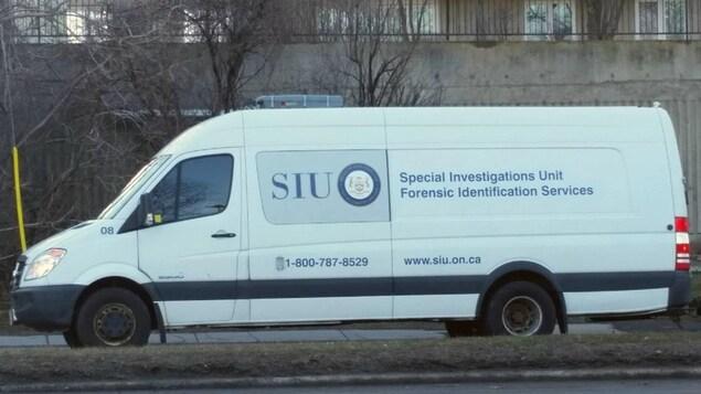 Un camion de l'Unité des enquêtes spéciales