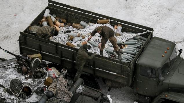 Un blindé et des armes lourdes à Avdiïvka.