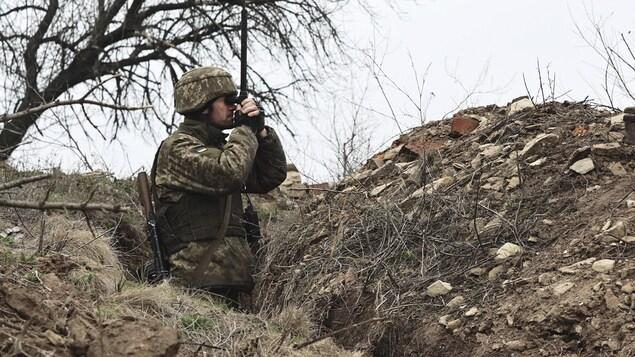 Un soldat ukrainien dans une tranchée.