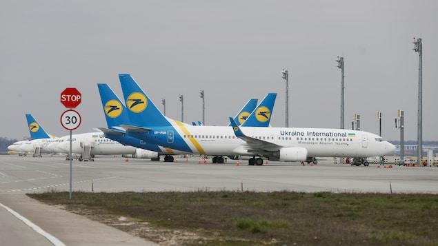Plusieurs avions de la compagnie Ukranian International Airlines sur le tarmac de l'aéroport de Kiev.