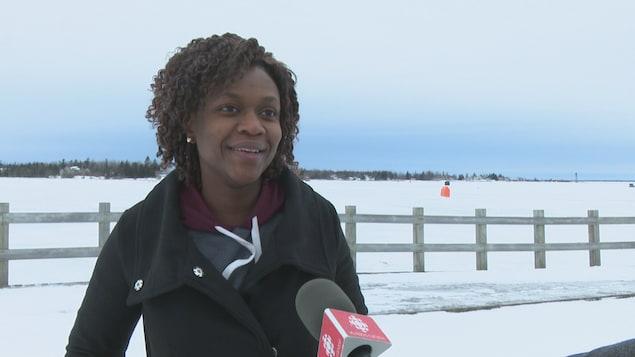 Sandra Umuhire interviewée devant la baie recouverte de glace.