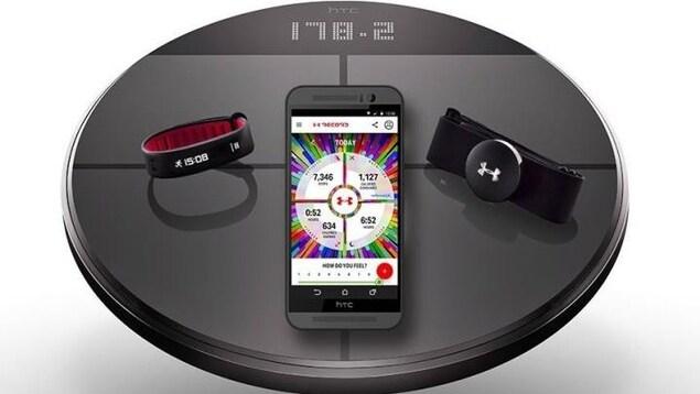 Les objets connectés de l'Under Armour HealthBox : une balance, un bracelet et un moniteur cardiaque.