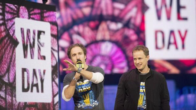 Les deux hommes sur une scène lors d'un événement WE DAY.