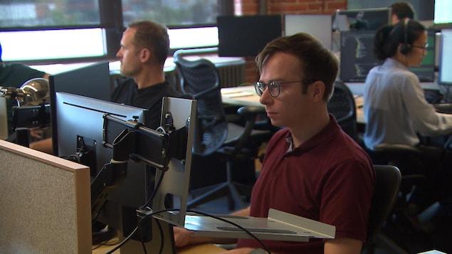 Des employés de l'entreprise de jeux vidéo Unity travaillent devant leur ordinateur.