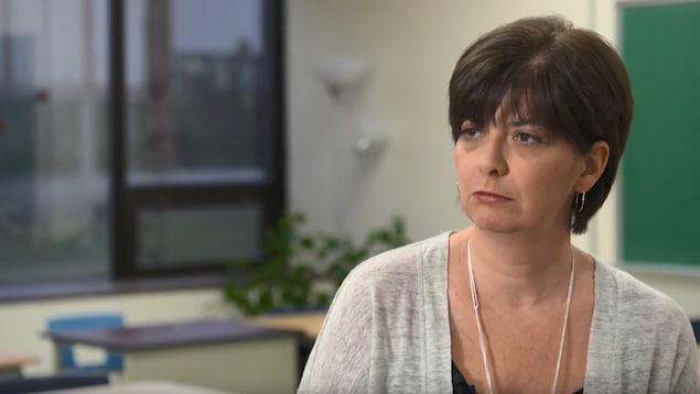 La planificatrice financière Nathalie Bachand regarde la journaliste lors d'une entrevue devant la caméra.