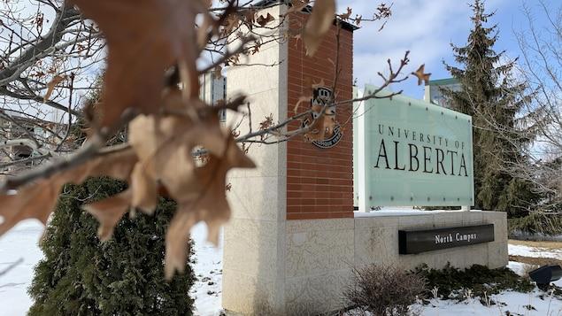 Le panneau à l'entrée du campus nord de l'Université de l'Alberta.