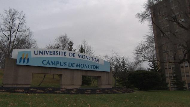 L'entrée du campus universitaire de l'Université de Moncton.