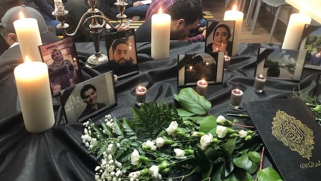 Des photos, des fleurs et des chandelles en hommage aux étudiants de l'Université de Toronto qui ont perdu la vie.