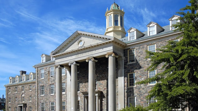 Un bâtiment du campus d'allure ancienne.