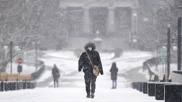 Des étudiants marchent sur le campus de l'Université McGill par un jour d'hiver.