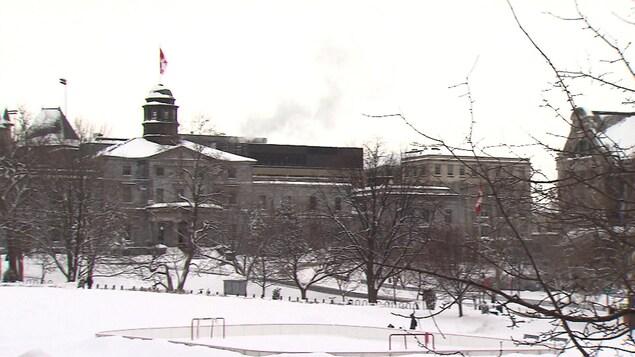Vue des bâtiments du campus avec une patinoire à l'avant-pan