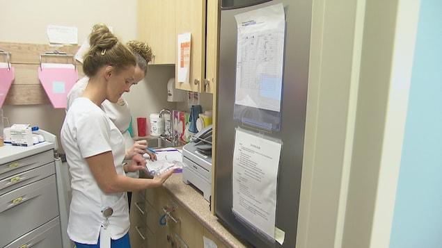 Deux étudiantes en science infirmières dans une classe de l'Université de Moncton