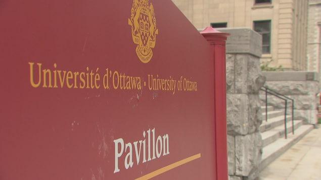 Une affiche de l'Université d'Ottawa