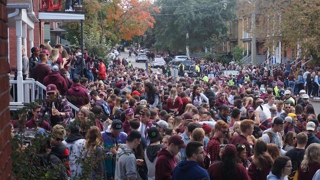 Des centaines de jeunes font la fête dans une rue d'Ottawa.