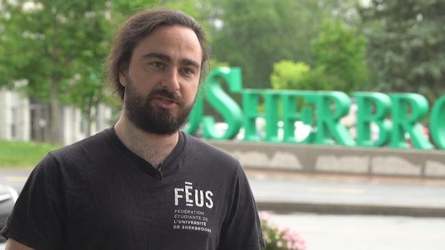 Alexandre Guimond, président de la Fédération étudiante de l'Université de Sherbrooke, en entrevue sur le campus de l'UdeS.
