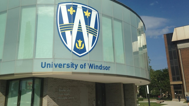 Un bâtiment arbore le logo de l'Université de Windsor