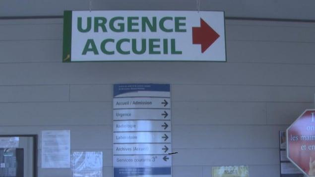 Pancarte avec inscription urgence et accueil dans les couloirs d'un centre hospitalier.