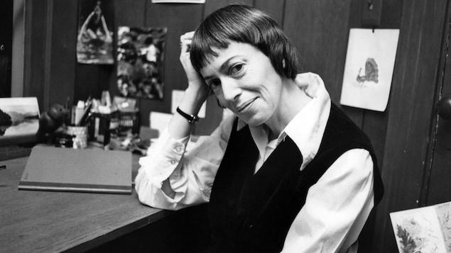 Photo en noir et blanc d'Ursula K. Le Guin qui fait un sourire pincé.