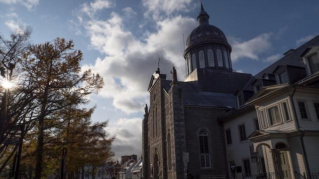 Le bâtiment du monastère des Ursulines vu de l'extérieur en hiver.