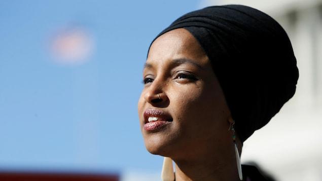 Ilhan Omar parle de la politique du président Trump à l'égard des immigrants musulmans le 10 avril à Washington.