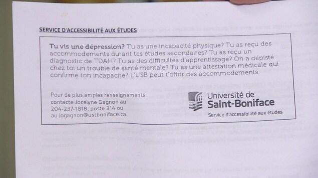 Photo d'une feuille de papier sur laquelle on peut lire que les étudiants qui en ont besoin peuvent faire appel aux services d'accessibilité de l'Université.