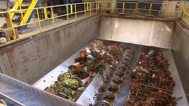 Des déchets à l'usine de biométhanisation de Rivière-du-Loup.