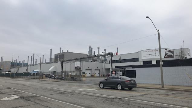 Vue de l'entrée d'une installation industrielle prise de la rue